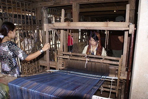 Difference Between Knitting and Weaving-1